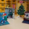 Zdjęcie przedstawia kartki świąteczne wykonane przez dzieci i rodziców